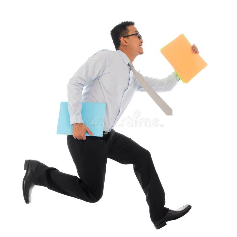 Homem de negócios asiático no corredor da pressa imagens de stock