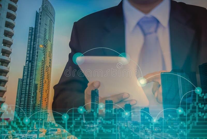 Homem de negócios asiático novo, vestindo um terno, uso suas pontas do dedo tocar na tabuleta da tela imagem de stock