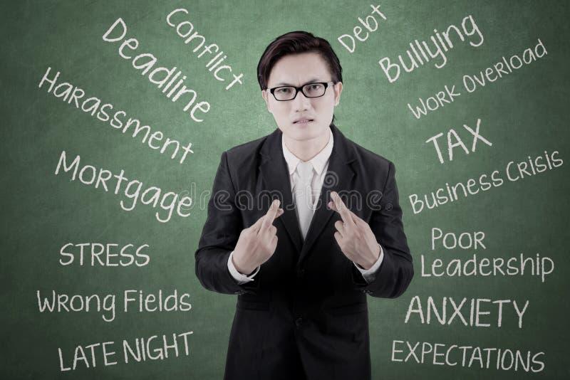 Homem de negócios asiático que deseja uma obtenção afortunada imagem de stock