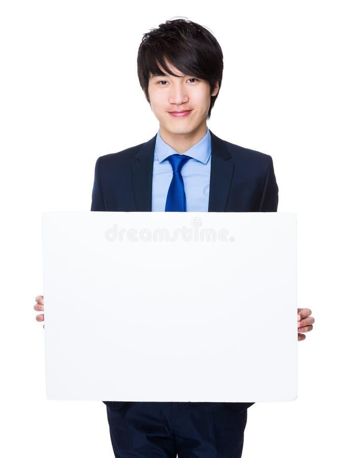Homem de negócios asiático que mostra com bandeira branca imagens de stock