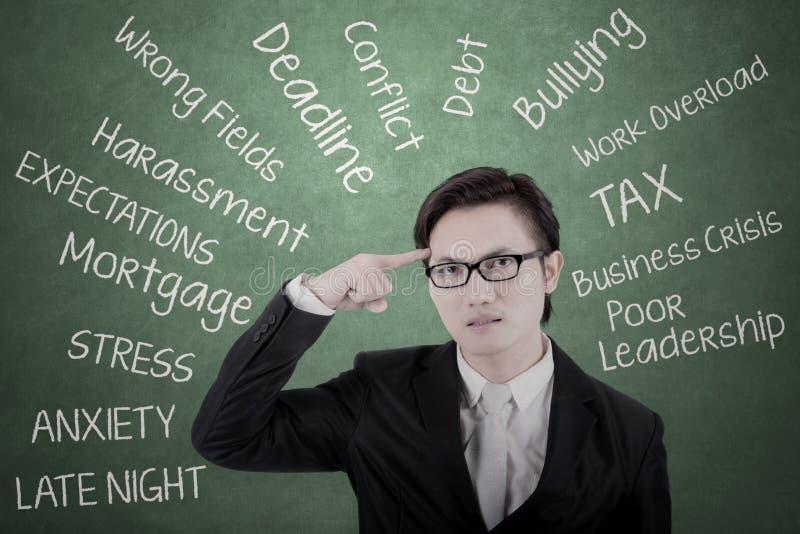 Homem de negócios asiático que pensa seus problemas fotos de stock royalty free