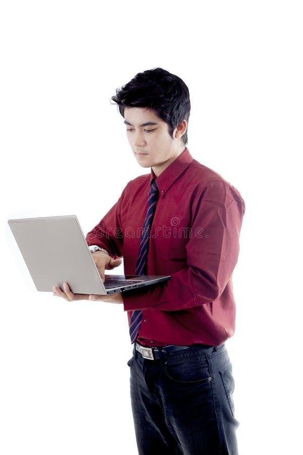 Homem de negócios asiático que usa o portátil foto de stock royalty free