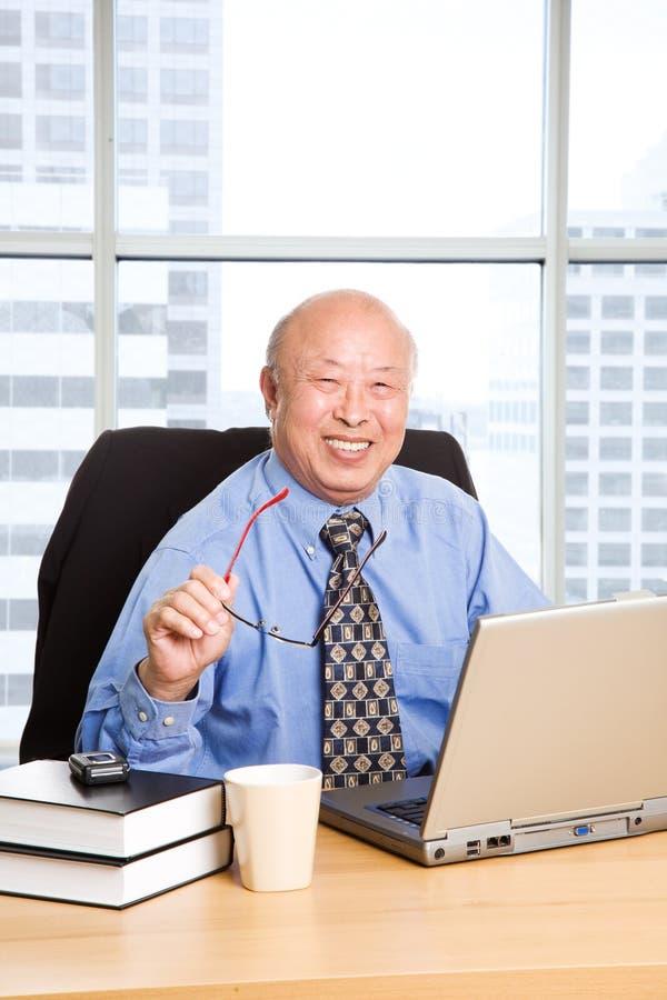 Homem de negócios asiático sênior de trabalho fotografia de stock royalty free