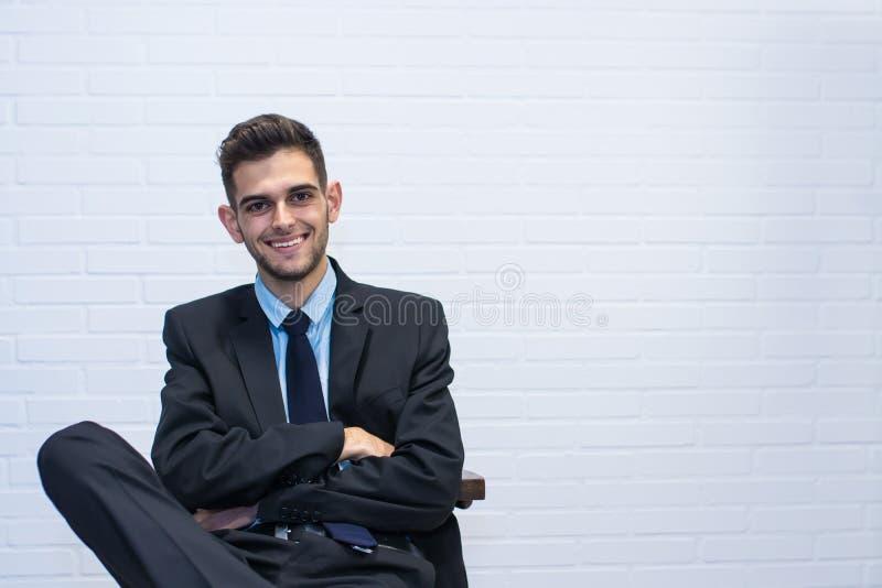 Homem de negócios assentado na cadeira fotos de stock