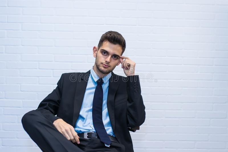 Homem de negócios assentado na cadeira imagem de stock royalty free