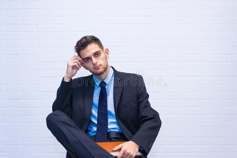 Homem de negócios assentado na cadeira fotografia de stock royalty free