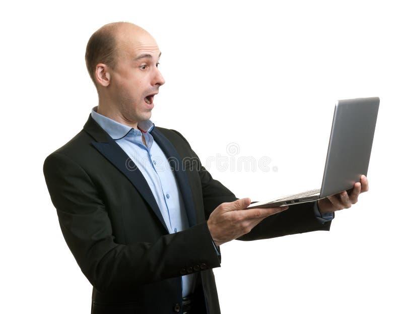 Homem de negócios assustado com seu laptop imagem de stock royalty free