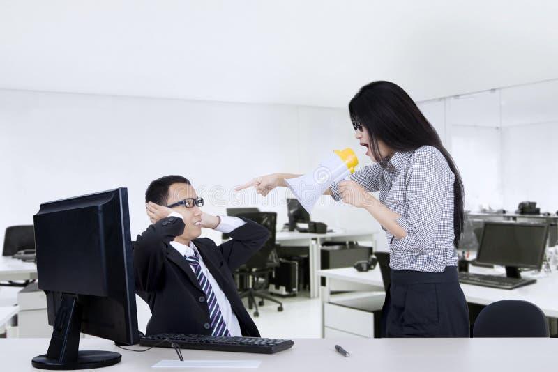 Homem de negócios assustado discutido por seu chefe imagens de stock