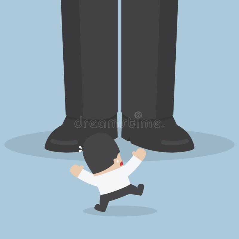 Homem de negócios assustado quando ele que está na frente do pé gigante ilustração do vetor