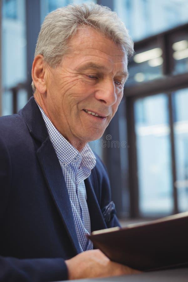 Homem de negócios atento que olha o organizador foto de stock royalty free