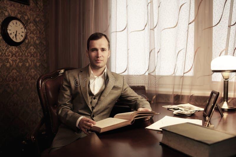 Homem de negócios atrás da tabela fotografia de stock