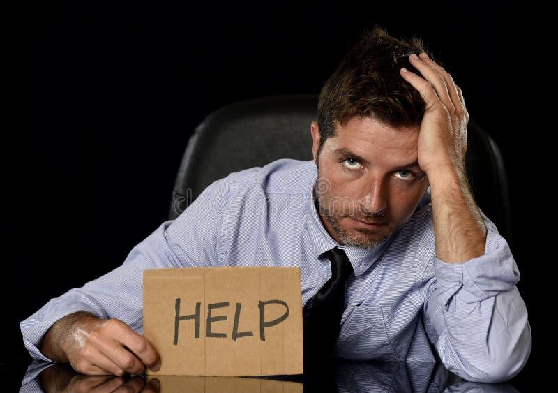 Homem de negócios atrativo novo no assento cansado e forçado preocupado da expressão da cara comprimido na cadeira do escritório fotos de stock