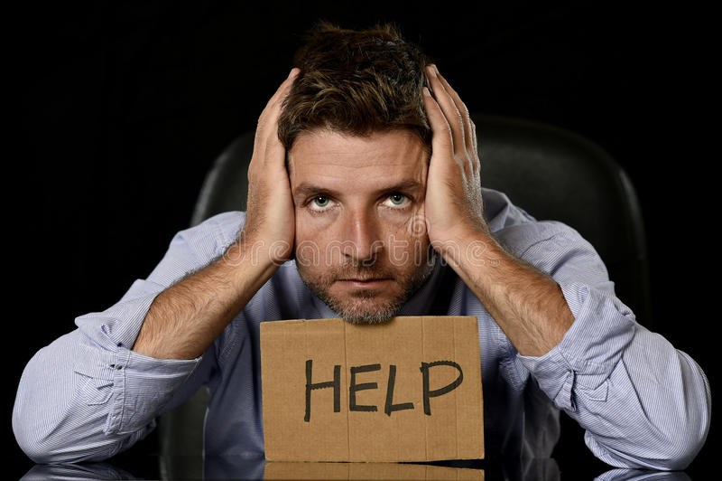 Homem de negócios atrativo novo no assento cansado e forçado preocupado da expressão da cara comprimido na cadeira do escritório imagens de stock royalty free