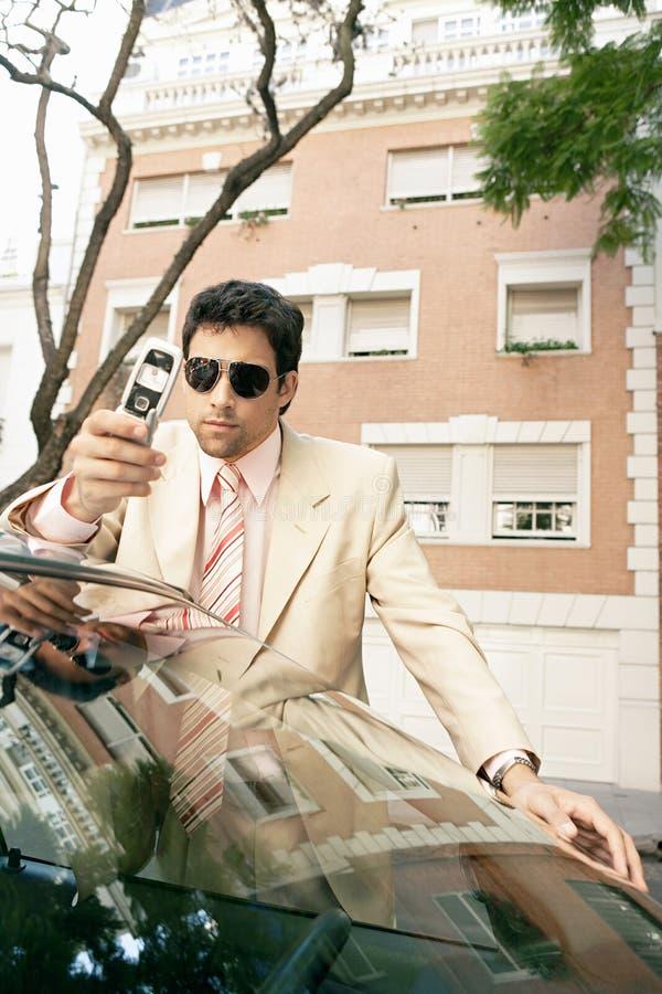 Download Homem De Negócios Que Inclina-se No Carro. Foto de Stock - Imagem de masculine, edifícios: 29848502