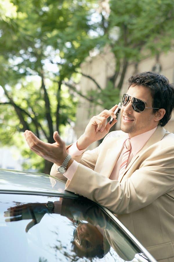 Download Homem De Negócios Que Inclina-se No Carro. Foto de Stock - Imagem de telefone, clássico: 29848170