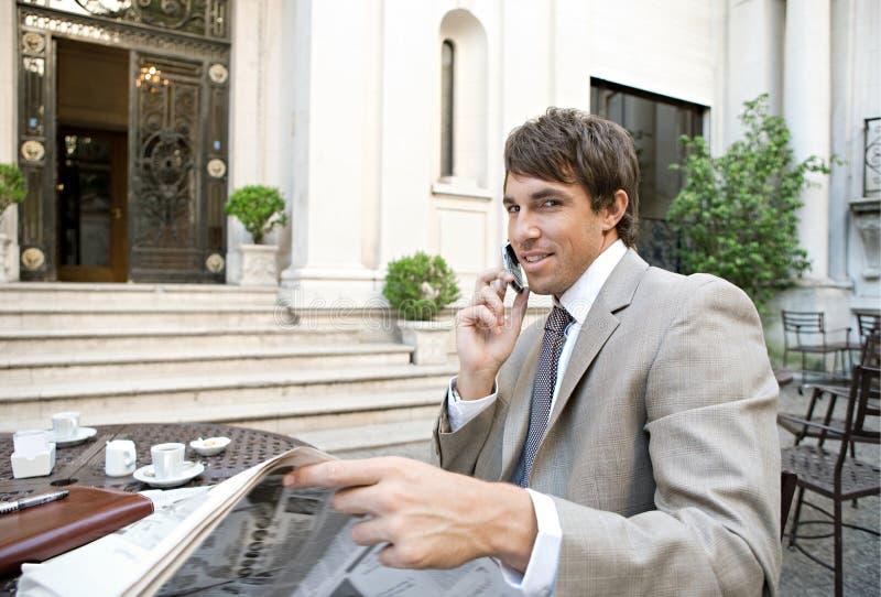 Download Papel Da Leitura Do Homem De Negócios No Café. Foto de Stock - Imagem de hispânico, escutar: 29847276