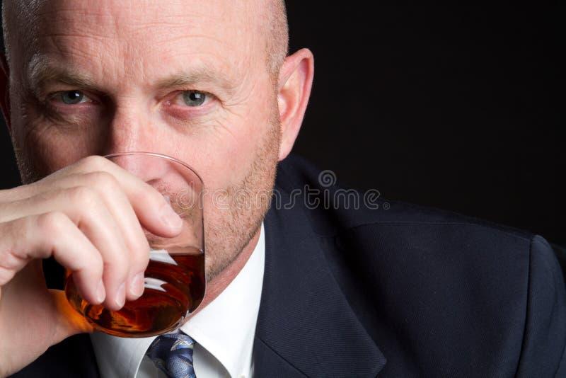 Homem de negócios bebendo fotografia de stock