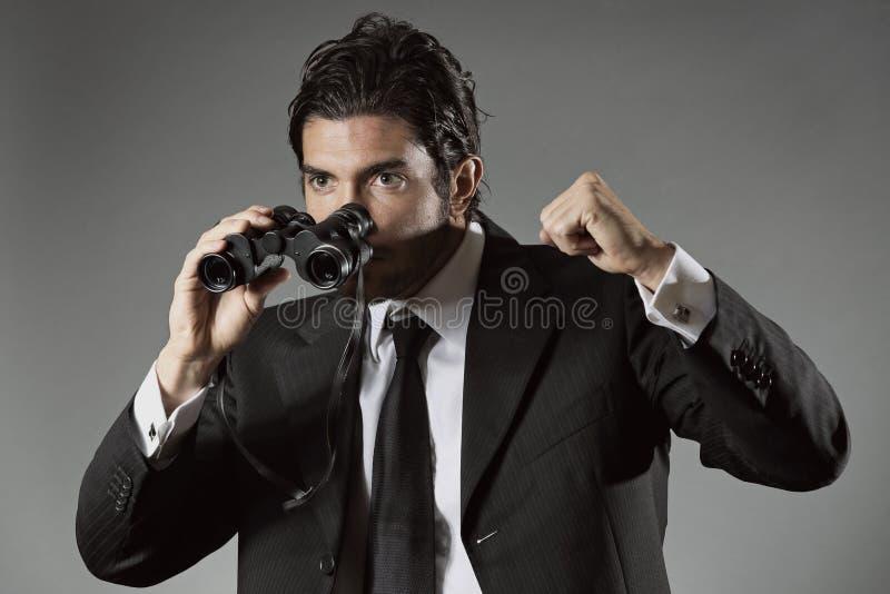 Homem de negócios bem sucedido com binocular imagens de stock royalty free