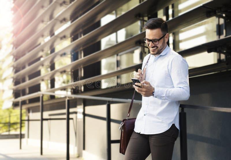 Homem de negócios bem sucedido com telefone celular fotos de stock royalty free