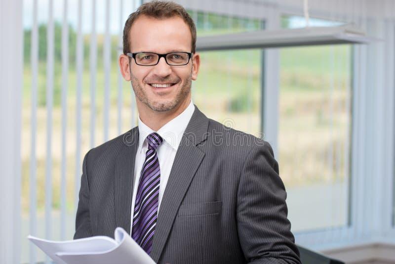 Homem de negócios bem sucedido de sorriso imagens de stock royalty free