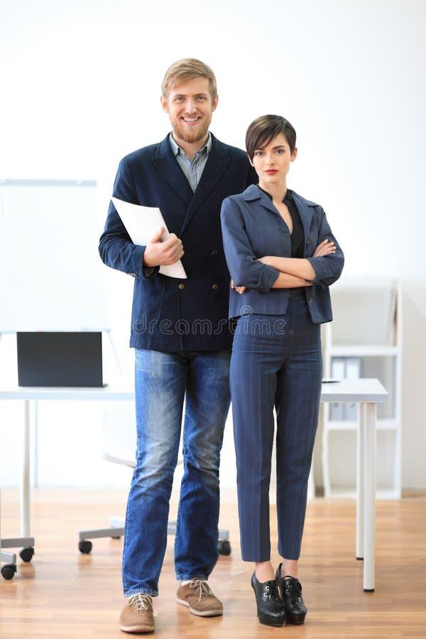 Homem de negócios bem sucedido e mulher de negócios que estão com originais imagem de stock