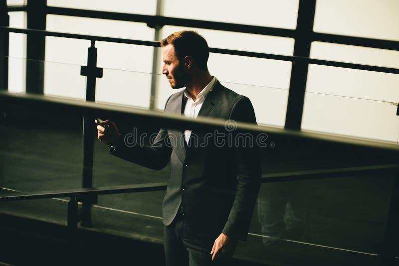 Homem de negócios bem sucedido moderno imagens de stock royalty free