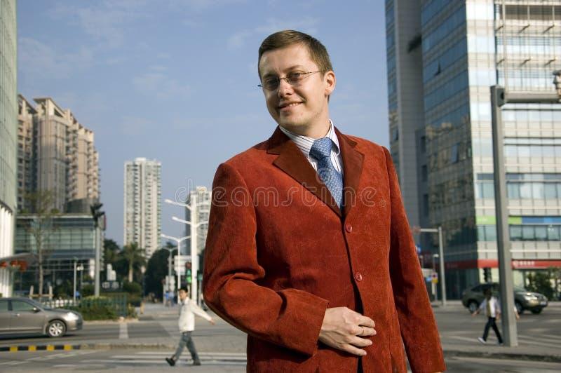 Homem de negócios bem sucedido na cidade foto de stock