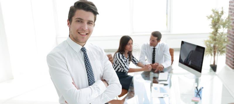Homem de negócios bem sucedido no fundo do escritório imagens de stock royalty free
