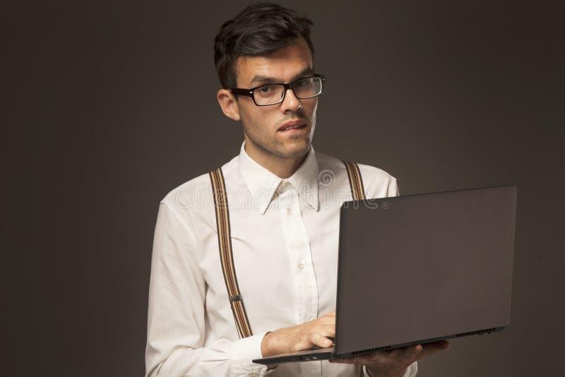 Homem de negócios bem sucedido novo em encontrar uma solução ao proble imagem de stock royalty free