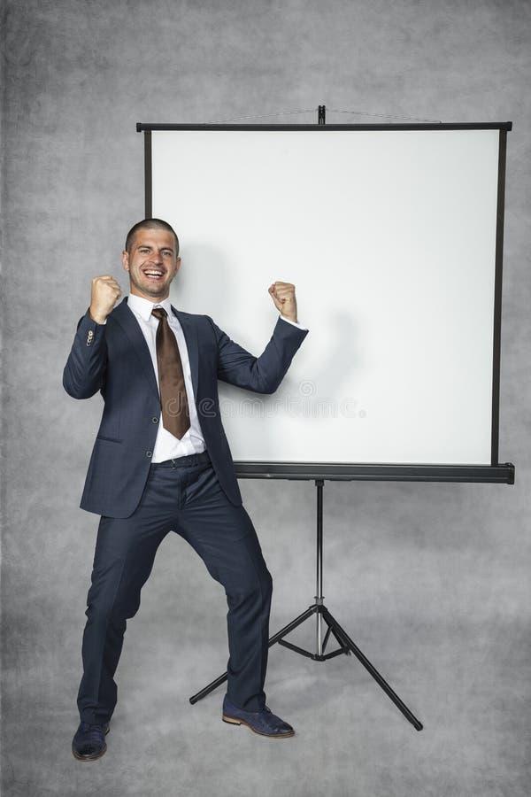 Homem de negócios bem sucedido novo feliz no trabalho imagens de stock