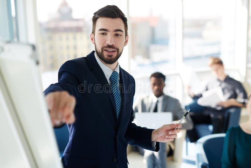 Homem de negócios bem sucedido At Presentation Meeting fotos de stock