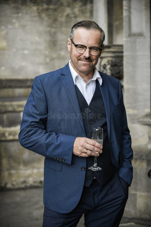 Homem de negócios bem sucedido que comemora com um vidro do champanhe imagens de stock royalty free
