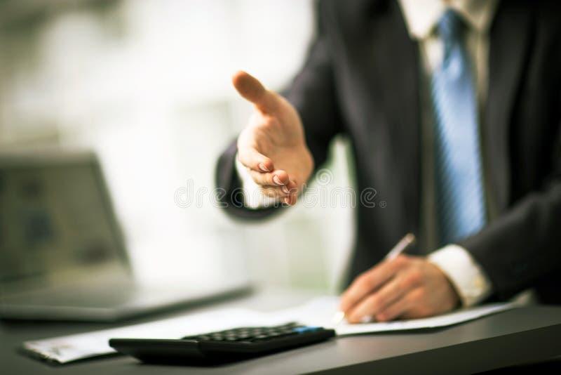 Homem de negócios bem sucedido que dá uma mão imagens de stock