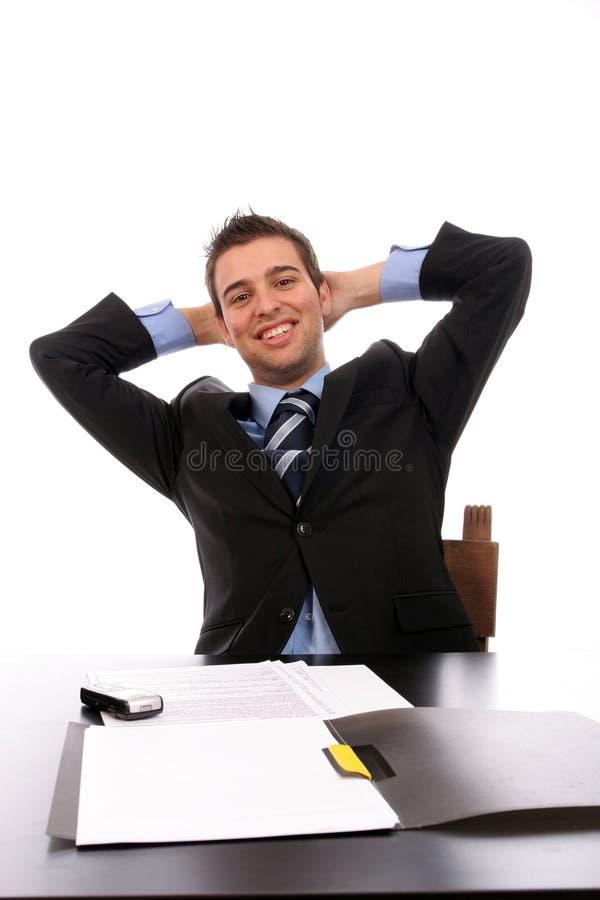 Homem de negócios bem sucedido que relaxa sobre sua mesa foto de stock royalty free