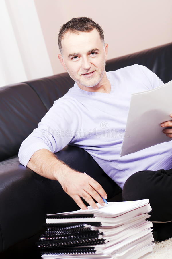 Homem de negócios bem sucedido que trabalha em casa. foto de stock