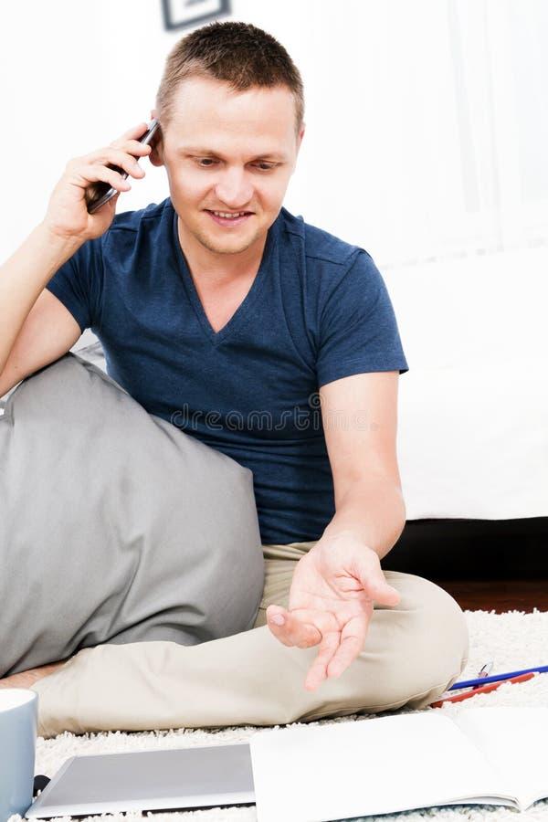 Homem de negócios bem sucedido que trabalha em casa. fotografia de stock royalty free
