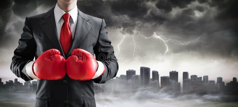 Homem de negócios In Boxing Gloves com arquitetura da cidade imagens de stock royalty free