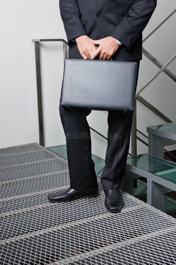 Homem de negócios With Briefcase Standing por etapas fotos de stock royalty free