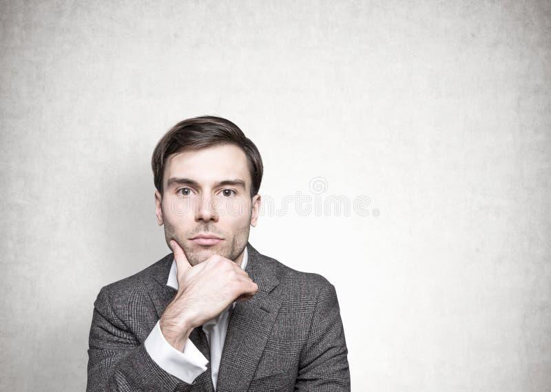 Homem de negócios de cabelo escuro pensativo, concreto imagens de stock royalty free