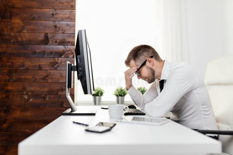 Homem de negócios cansado da carga de trabalho pesada fotografia de stock