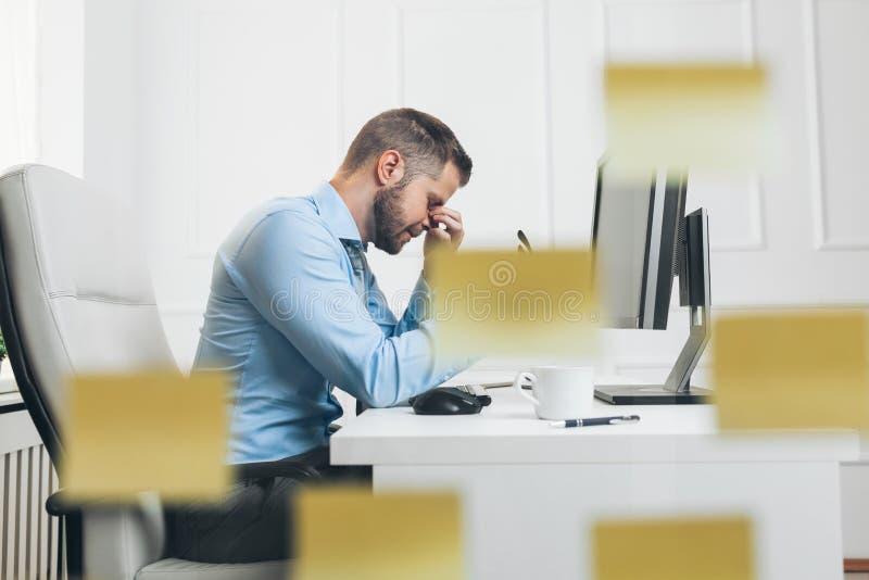 Homem de negócios cansado da carga de trabalho pesada foto de stock royalty free