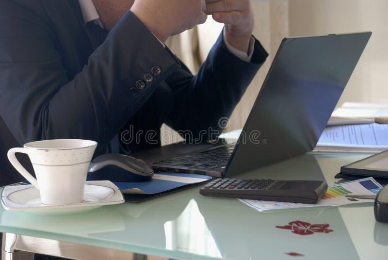 Homem de negócios cansado no escritório imagem de stock