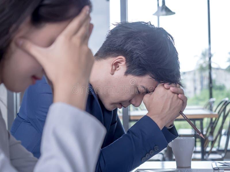 Homem de negócios cansado ou forçado na sala de reunião Conceito forçado do homem de negócios imagens de stock royalty free