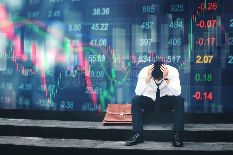 Homem de negócios cansado ou forçado que senta-se na passagem em di do pânico imagem de stock royalty free