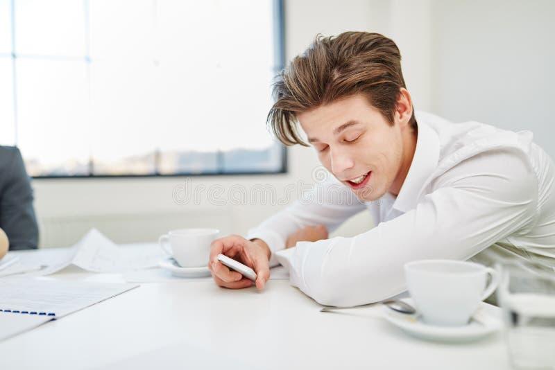 Homem de negócios cansado que faz fora do tempo estipulado imagem de stock