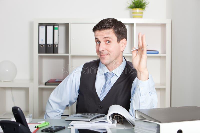 Homem de negócios carismático que sorri na câmera imagens de stock