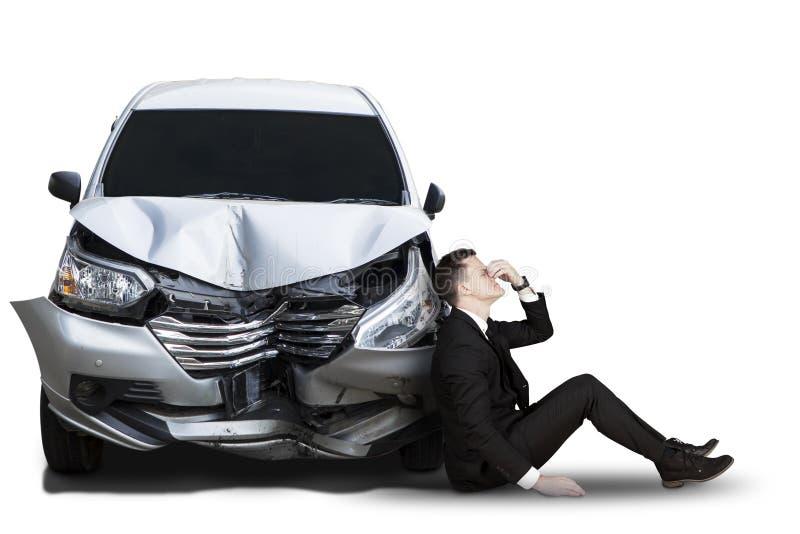 Homem de negócios caucasiano com carro quebrado fotografia de stock royalty free