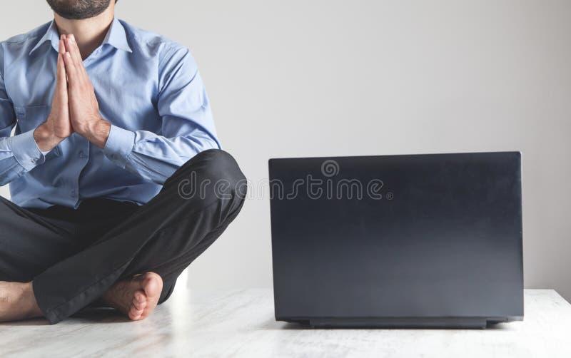 Homem de negócios caucasiano meditando no escritório Posição do lótus Relaxe fotografia de stock royalty free