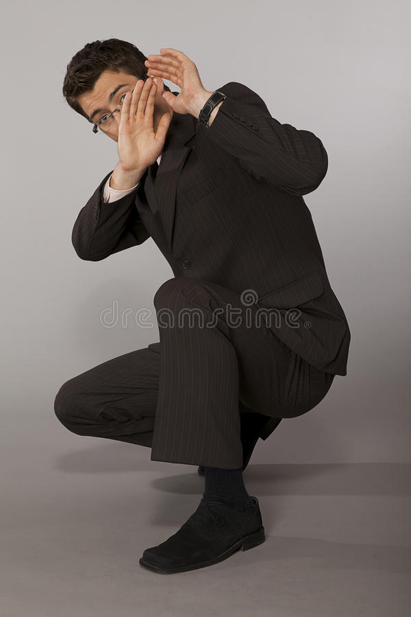 Homem de negócios caucasiano novo surpreendido e receoso imagem de stock