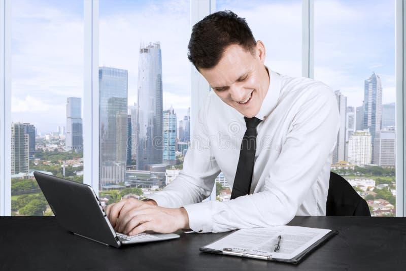 Homem de negócios caucasiano que faz o documento no escritório imagens de stock royalty free